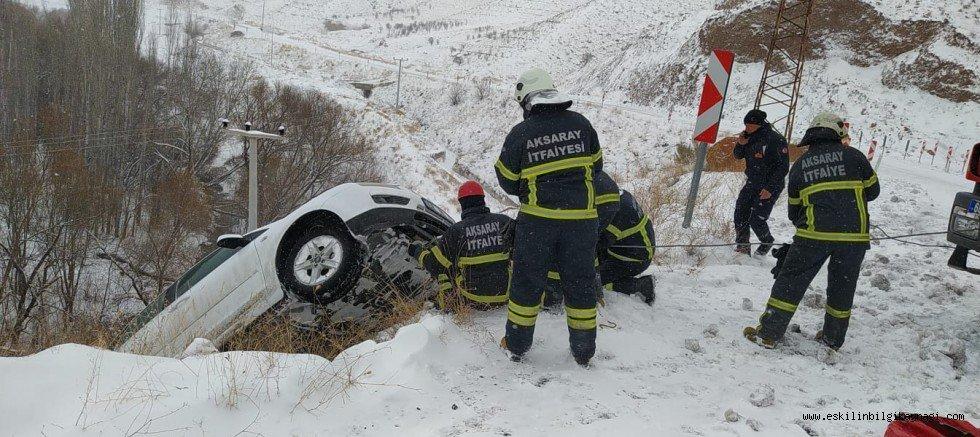 Aksaray'da kontrolden çıkan otomobil şarampolde asılı olarak kaldı